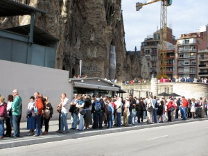 The 50min queue for the Sagrada Familia at 9.50am in the morning Photo:  frugalfirstclasstravel