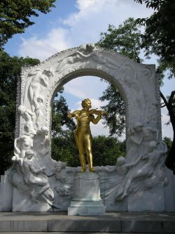 travel, travel tips, travel planning, golden statue of Strauss